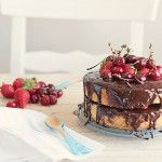 Bizcocho genovés, tarta con chocolate, fresas y cerezas – Mundo Blogger…..