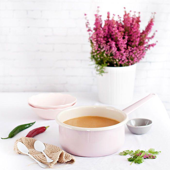 Crema de lentejas rojas, leche de coco y semillas de amapola